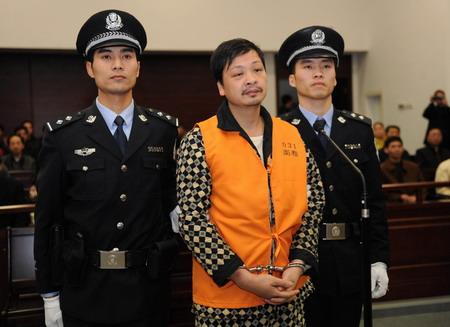 Резня. 23 марта 2010 года 42-летний Чжэн Миньшэн, вооружившись кухонным ножом и чувством всепоглощающей тоски, совершил нападение на группу учеников младшей школы, когда те как раз расходились