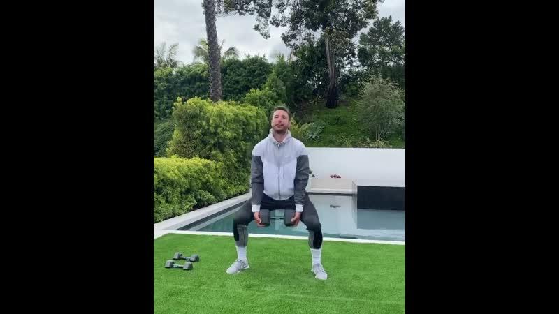 Хоккеист Илья Ковальчук показывает как нужно заниматься спортом на карантине