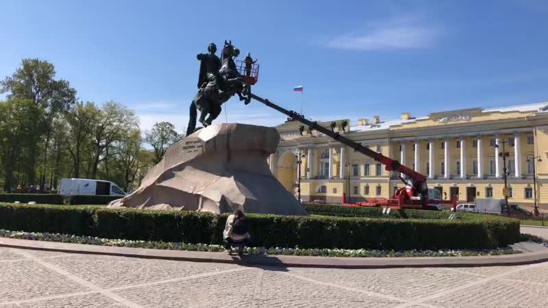 В Петербурге реставраторы моют Медного всадника ко Дню города