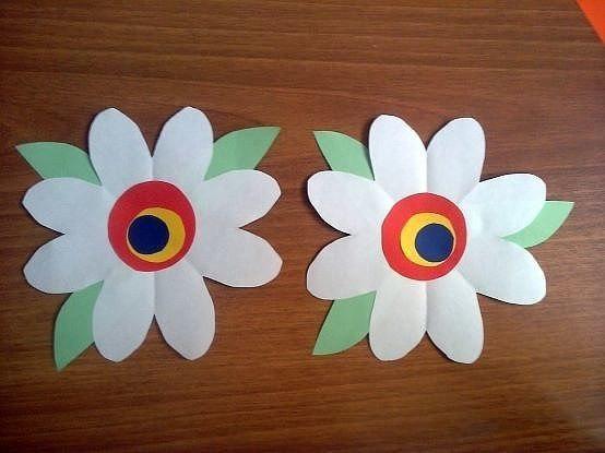 Букетики-вееры Ромашки Маленькое солнце на моей ладошке, Белая ромашка на зеленой ножке. С белым ободочком желтые сердечки Сколько на лугу их, сколько их у речки! Зацвели ромашки наступило
