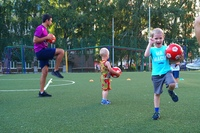 Занятие младшей группы на футбольном поле школы №58 (Лукачёва, 17).