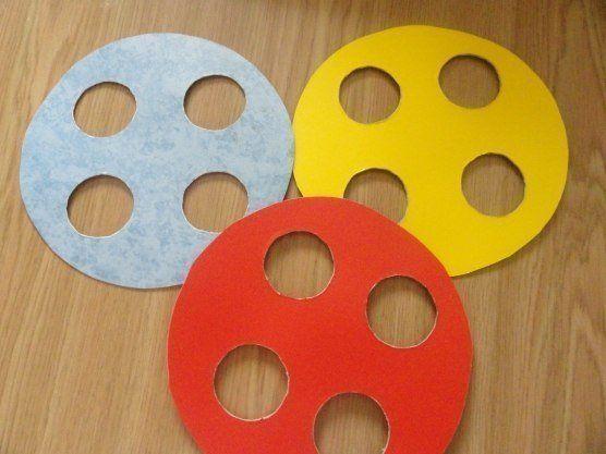 ИГРА «ПУГОВКА» СВОИМИ РУКАМИ Из картона вырезам большие круги, делаем необходимые отверстия, обклеиваем самоклейкой. Вяжем цепочку крючком-получилась ниточка, делаем иголку из картона (можно