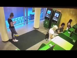 Две девушки украли деньги, оставленные в банкомате