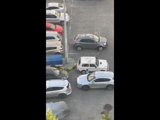 Дети против машин в жк Зенит.Куда смотрят родители...