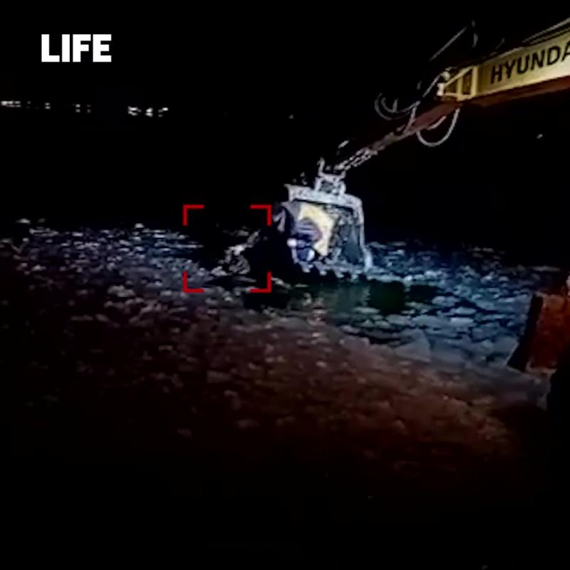 Уральские строители рассказали, как спасали собаку ковшом экскаватора.