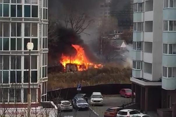 На Уктусе вспыхнул пожар на заброшенной стройкеСег...