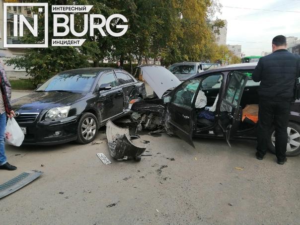 На Уралмаше произошло ДТП с участием 4 автомобилей...