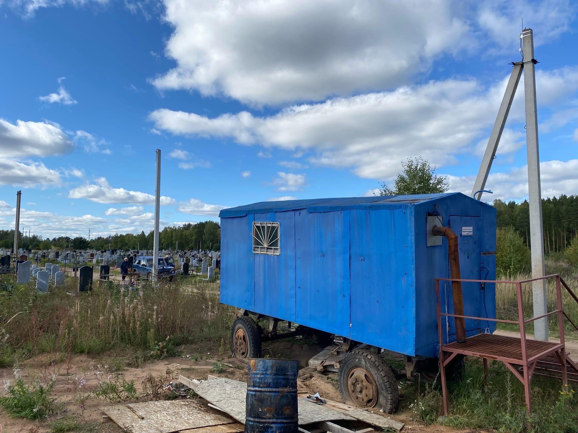 На можгинском городском кладбище завершается установка электро-столбов