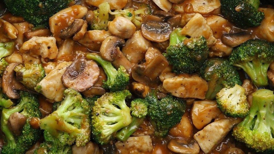 Курица в соусе с брокколи и грибами для ПП-ужина