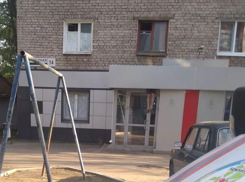 В Ижевске мужчина выпал из окна пятиэтажного