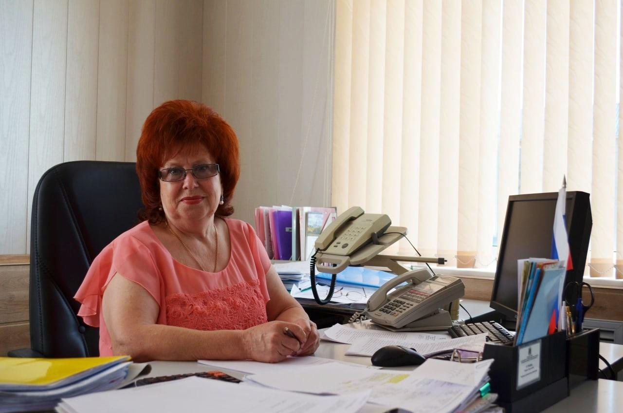 В администрации Петровского района поздравили с выходом на заслуженный отдых начальника финансового управления Любовь ЯСТРЕБОВУ
