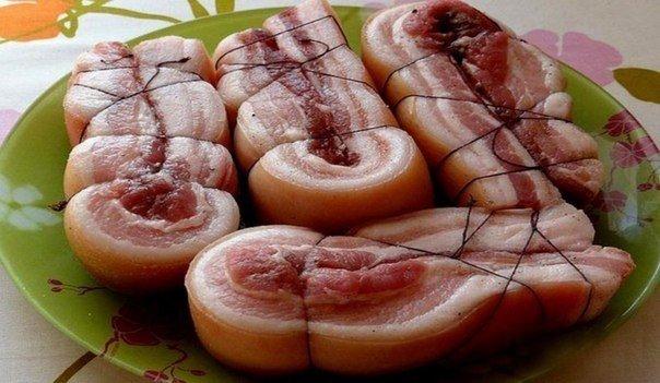 ПЯТИМИНУТКА ИНГРЕДИЕНТЫ1 кг свиной грудинки1 л воды1 головка чеснока5 лавровых листьев4 ст. л. соличерный перец молотый и горошком по вкусукрасный молотый перец по вкусуПРИГОТОВЛЕНИЕНа каждый