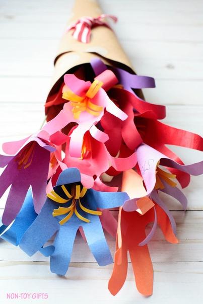 Яркие букетики из цветов-ладошек Подойдут на День учителя или День матери