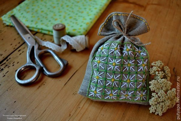 Вышивка в технике «Декоративная сетка» Эта техника довольно проста и под силу начинающим рукодельницам. В пределах контура натягивается сетка, которая может быть прямой или ромбовидной. Места