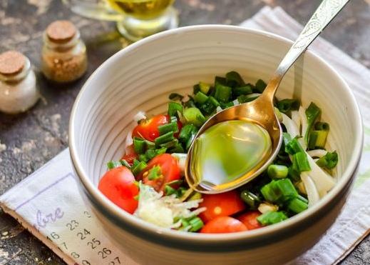 Салат из кальмаров, с помидорами и зелёным луком