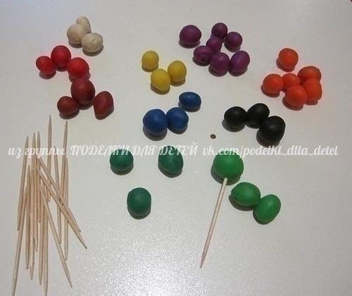 ИГРА С ПЛАСТИЛИНОМ Для этой игры нужен пластилин и зубочистки. Играть можно уже с 3 лет.Пусть малыш сделает шарики из пластилина разных цветов. Потом в каждый шарик нужно вставить зубочистки.