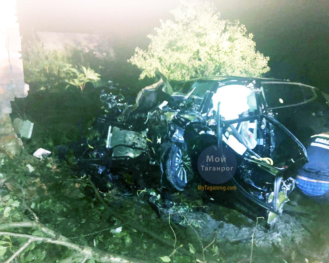 Под Таганрогом автомобиль Kia Stinger на большой скорости врезался в дом, трое погибших