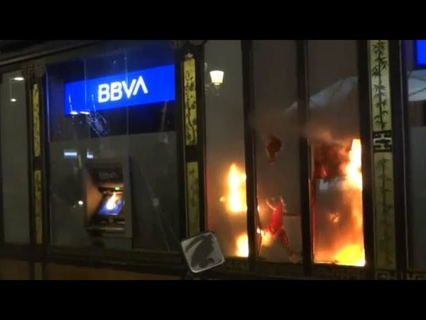 Протесты в Испании митингующие устраивали поджоги громили витрины и бросали камни в полицию