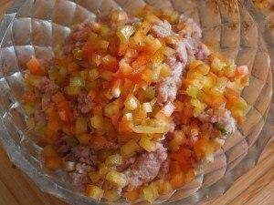 Мясные клубочки нам понадобятся:Не жирная свинина 500 грЛук 1 штБолгарский перец 1 штЯйцо 3 шт (одно целое и 2 желтка)Овсяные хлопья 2 ст.л.Слоеное тесто 100 грСоль, специи по вкусу1.