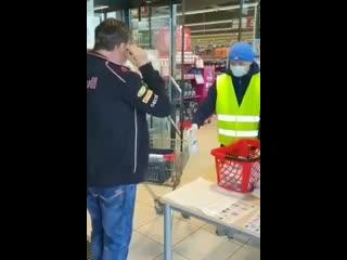 Австрия. Людям при входе в магазине дезинфицируют руки и выдают медицинские маски