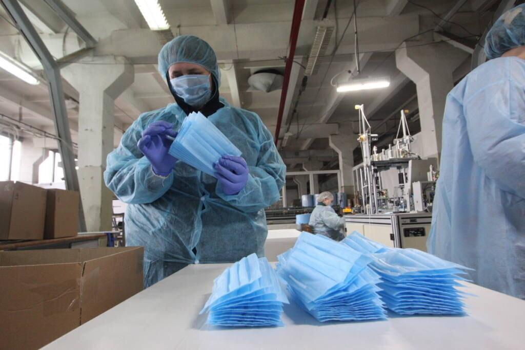 В городе Таганроге продолжается производство защитных масок и антисептиков для рук